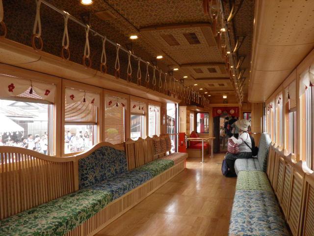 うめ星電車、車内は木目調で各車両で雰囲気が違います