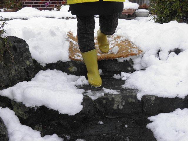雪道の玄関にもココヤシマット、滑り止・雪落としに威力を発揮します